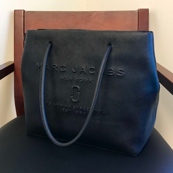 5499f1257740 Marc Jacobs Logo Shopper East-West Tote. M 5bb3c34cc9bf50466ca0e478